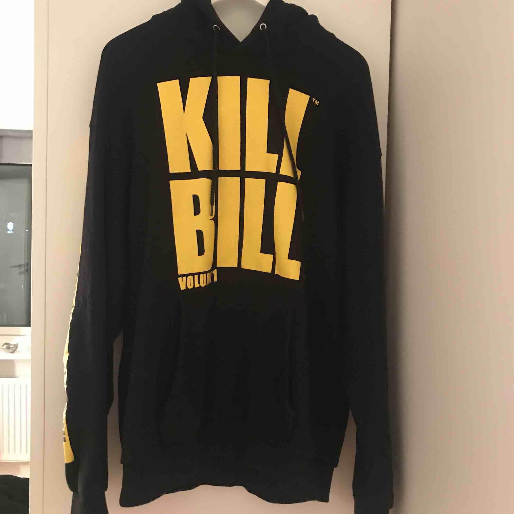 Skit cool kill Bill hoodie som tyvärr inte kommer till användning längre :/ Köparen står för frakten eller så kan jag möjligtvis mötas upp inom Stockholm. Huvtröjor & Träningströjor.