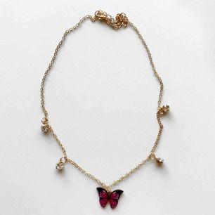 Två stycken guldiga halsband med stenar och fjärilar! Bläddra för att se den andra färgen! 💓💓