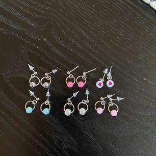 Jättegulliga små örhängen som är hemmagjorda🥰 Dom är nickelfria✨ Frakt ingår i priset, och fler bilder kan fixas!