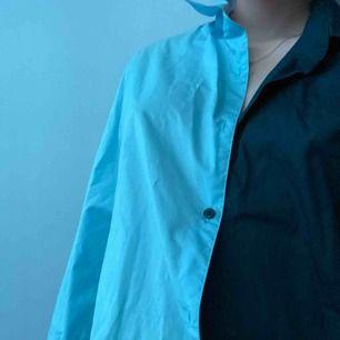 Skjorta jag har gjort själv med två olika blåa skjortor. As cool lite oversized så passar de flesta storlekar beroende på hur man vill ha den. Frakt tillkommer