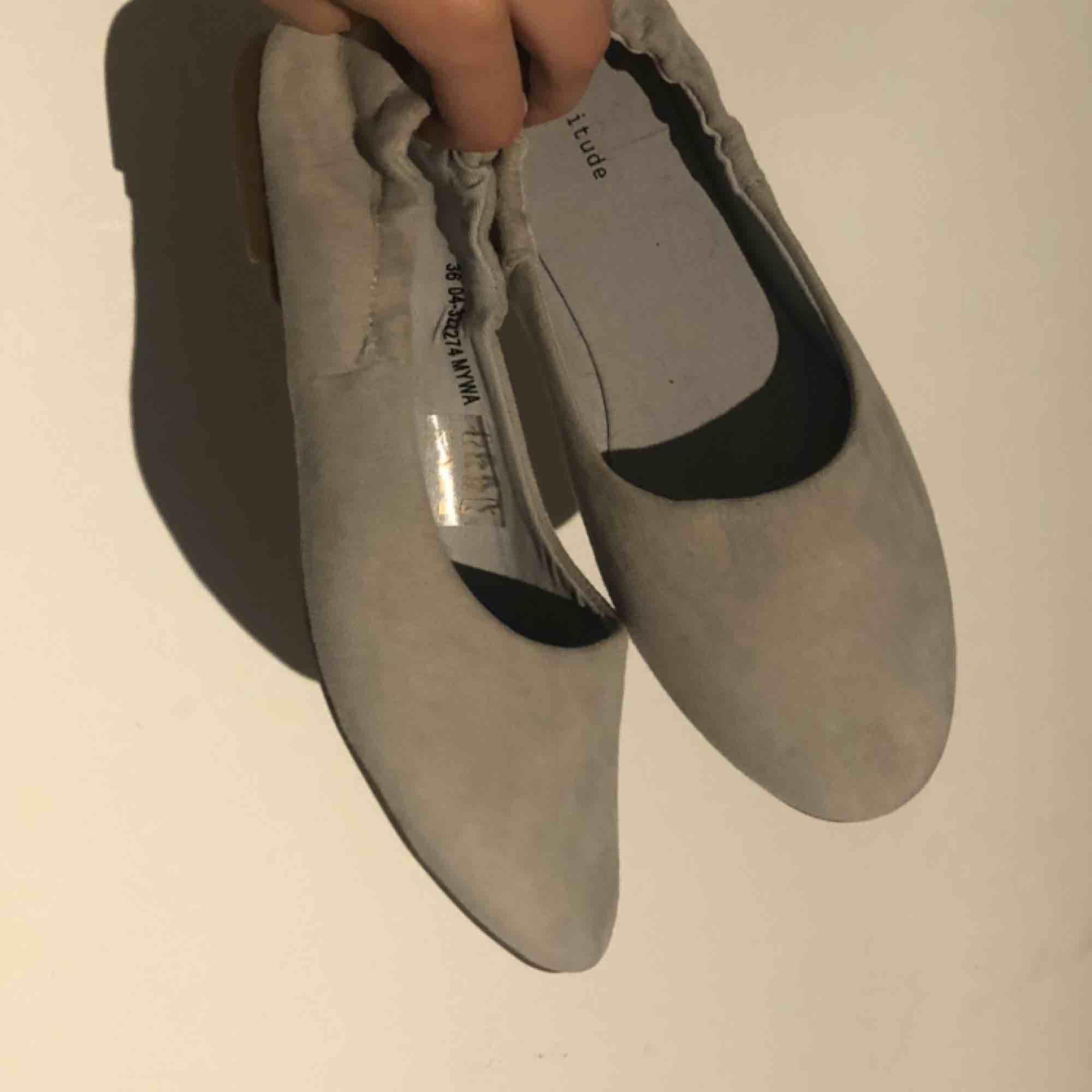Helt nya ballerinaskor i grå mocka. Aldrig använda. Storlek 36 från märket attitude. Skor.