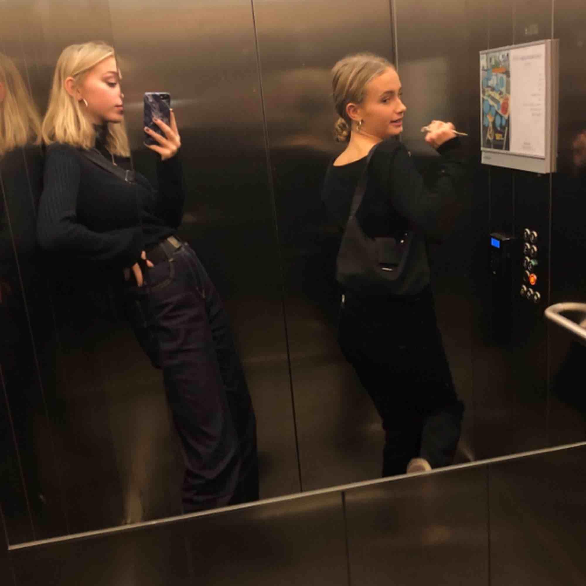 Mörkblåajeans Halvlånga Sitter jättesnyggt . Jeans & Byxor.