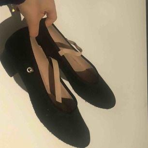 Dansskor med liten klack och band över foten från märket Bloch. Storlek ca 35-36 med mockasula. Använd ett fåtal gånger Original pris 245kr, säljs för 100kr. Snabbt köp 80kr