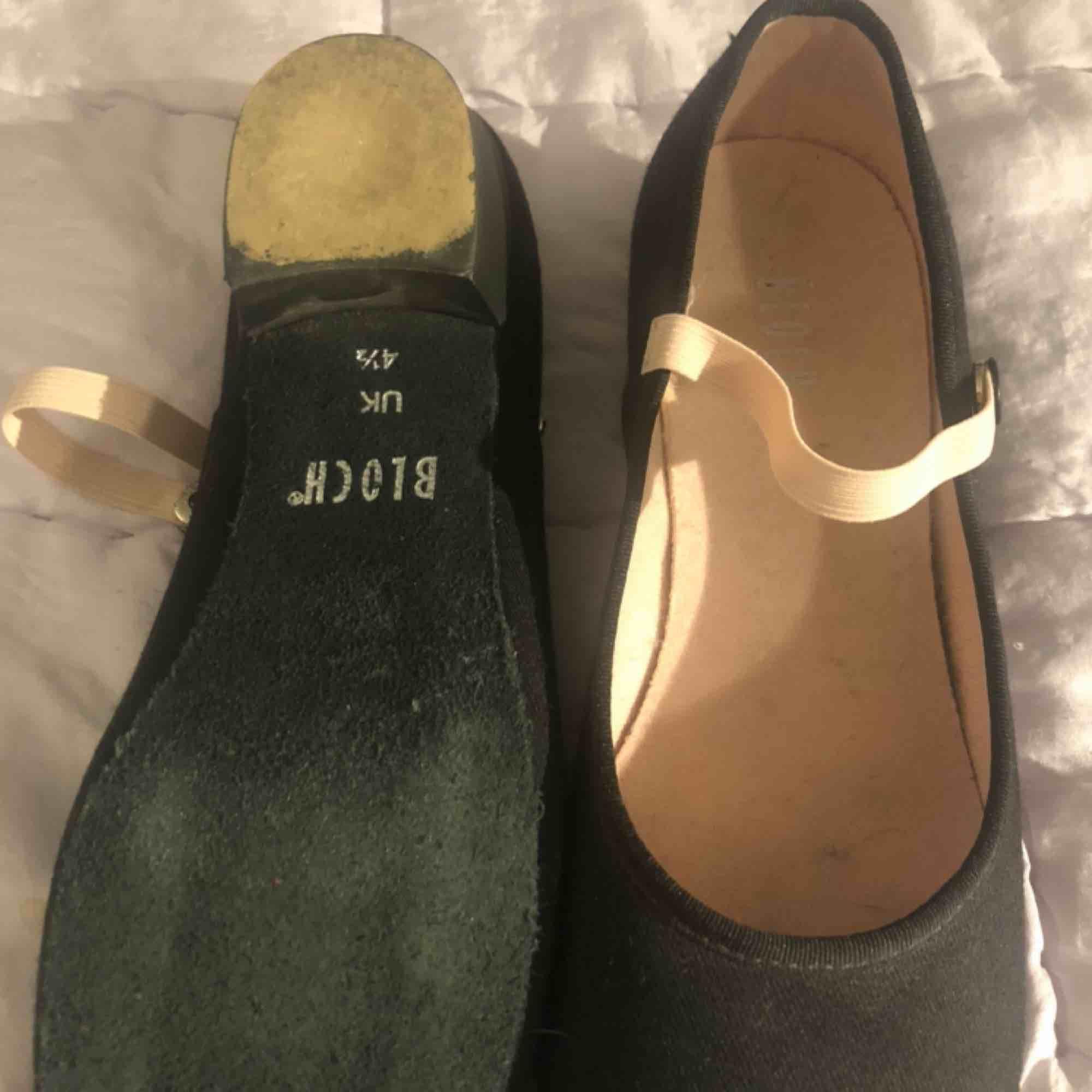Dansskor med liten klack och band över foten från märket Bloch. Storlek ca 35-36 med mockasula. Använd ett fåtal gånger Original pris 245kr, säljs för 100kr. Snabbt köp 80kr  . Skor.