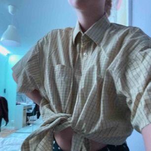 Gulrutig skjorta köpt från humana, jag har klippt armarna så det blev en T-shirt skjorta. Den är väldigt oversized. Säljer pga av lite för stor för mig :) frakt tillkommer