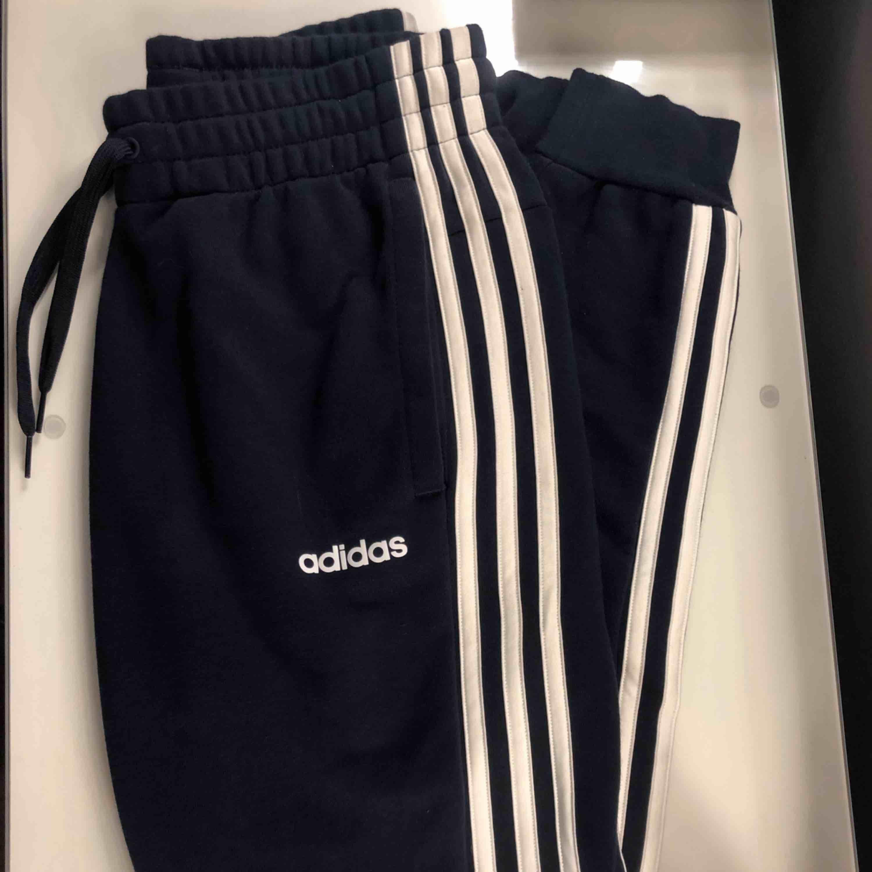 fina adidas mjukis i storlek XS men passar på mig är en S i vanliga fall. Använda fåtal gånger , köparen står för frakt. . Jeans & Byxor.