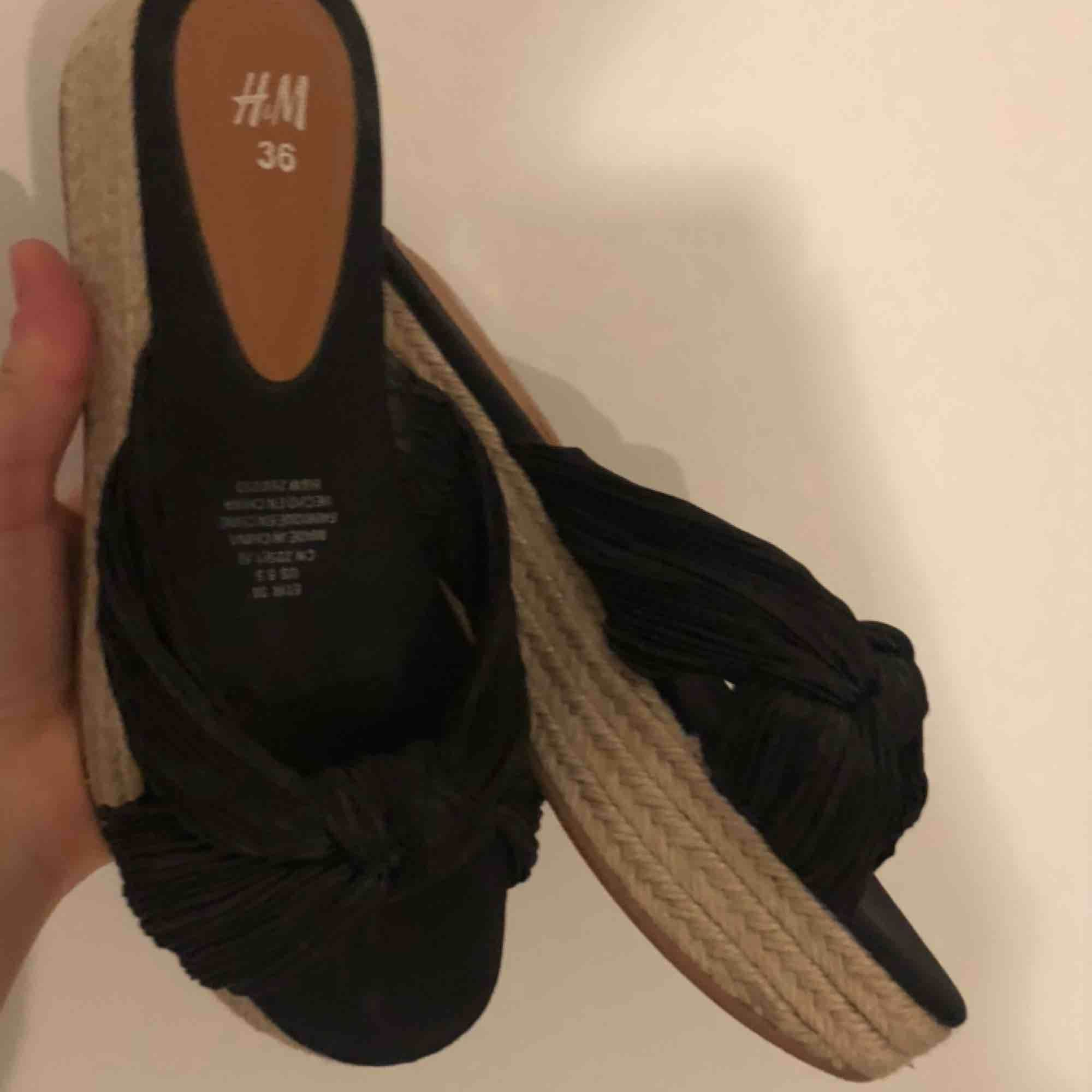 Espandrillo sko i storlek 36 från HM. Använd två gånger. Pris 100kr. Skor.