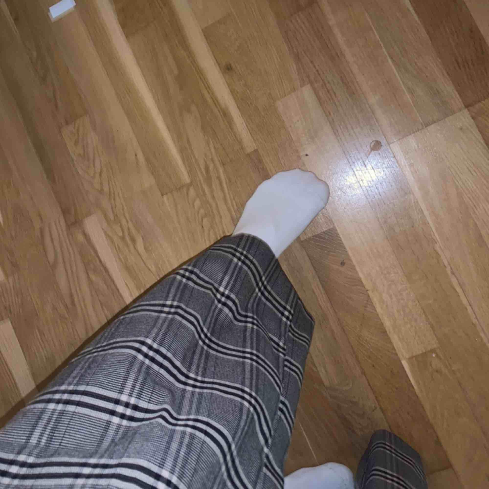 Ett par rutiga kostymbyxor som tyvärr har blivit för små. Ser gråa ut men skulle nog mer säga dom är beiga. . Jeans & Byxor.