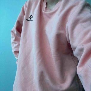 Rosa sweatshirt från converse. Är i bra skick och väldigt fin men använder aldrig. Frakt tillkommer.