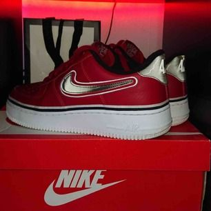 Säljer ett par Nike air force Köpta i London, Skorna är som nya använda ett par få gånger som man ser på bilden. Går inte att få tag på längre Buda!!