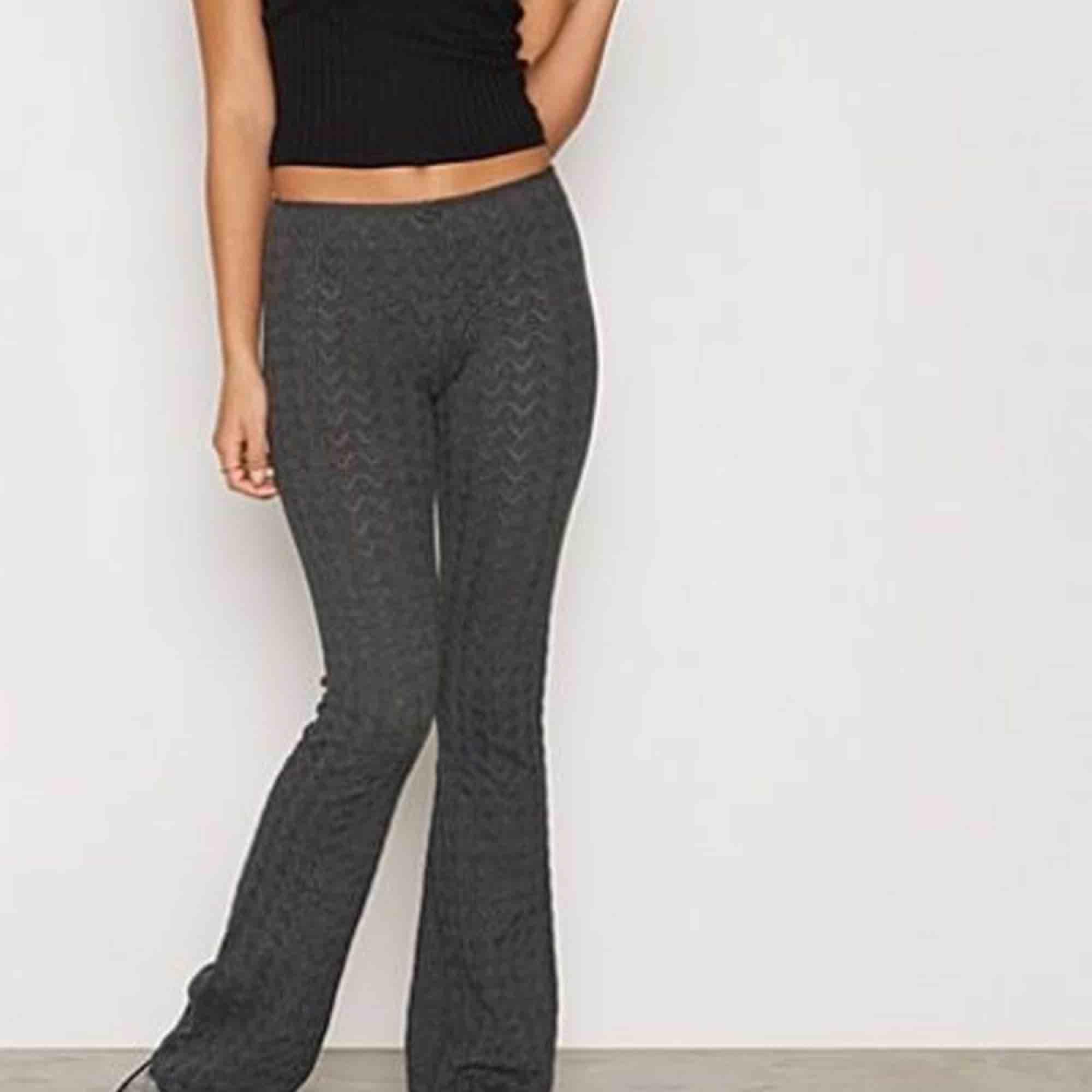 Vet inte riktigt storleken men lite långa för mig som är 166, från odd Molly nypris ligger på mer än 1000kr. Jeans & Byxor.