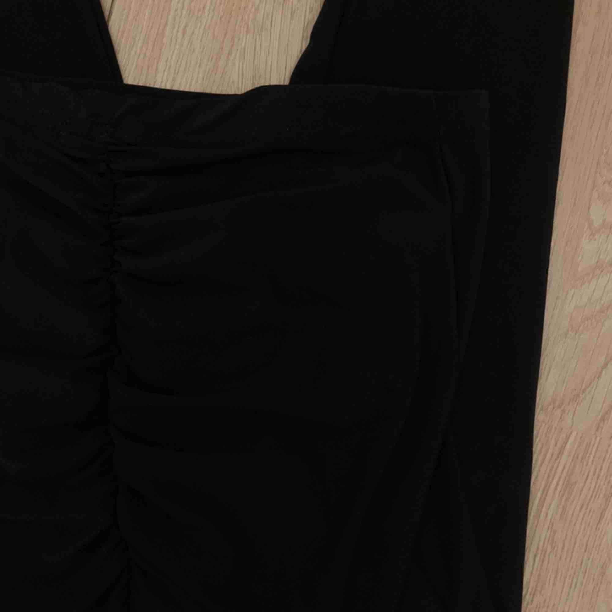 NYA svarta leggings från Boohoo med scrunch butt storlek 36. Nypris €21.50+ frakt.  Möts upp i Stockholm eller fraktar.  Frakt kostar 42kr extra, postar med videobevis/bildbevis. Jag garanterar en snabb pålitlig affär!✨. Jeans & Byxor.