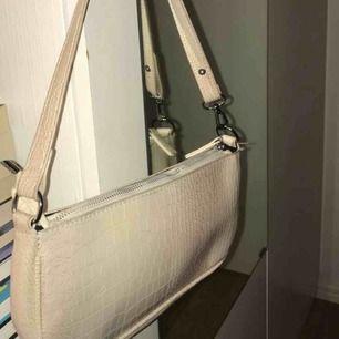 Ljusrosa/beige baguette bag ifrån crossbody.dk ( köpt för 499kr) jätte bra skick, rymlig väska och passar till alla tillfällen🥰🥰