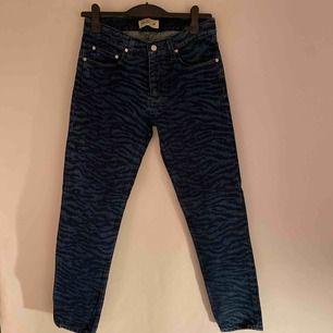 Säljer dessa asballa Tiger print jeans från H&M X Kenzo då de tyvärr är för små för mig. 🌻 skulle säga att de passar xs/s 💙 Aldrig använda! pris kan diskuteras, hör av er!