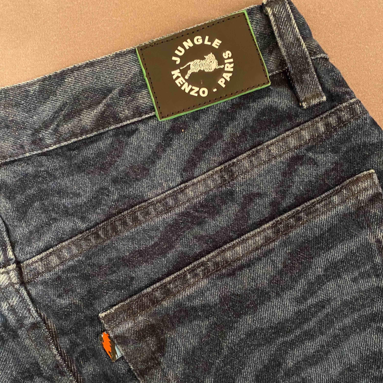 Säljer dessa asballa Tiger print jeans från H&M X Kenzo då de tyvärr är för små för mig. 🌻 skulle säga att de passar xs/s 💙 Aldrig använda! pris kan diskuteras, hör av er!. Jeans & Byxor.