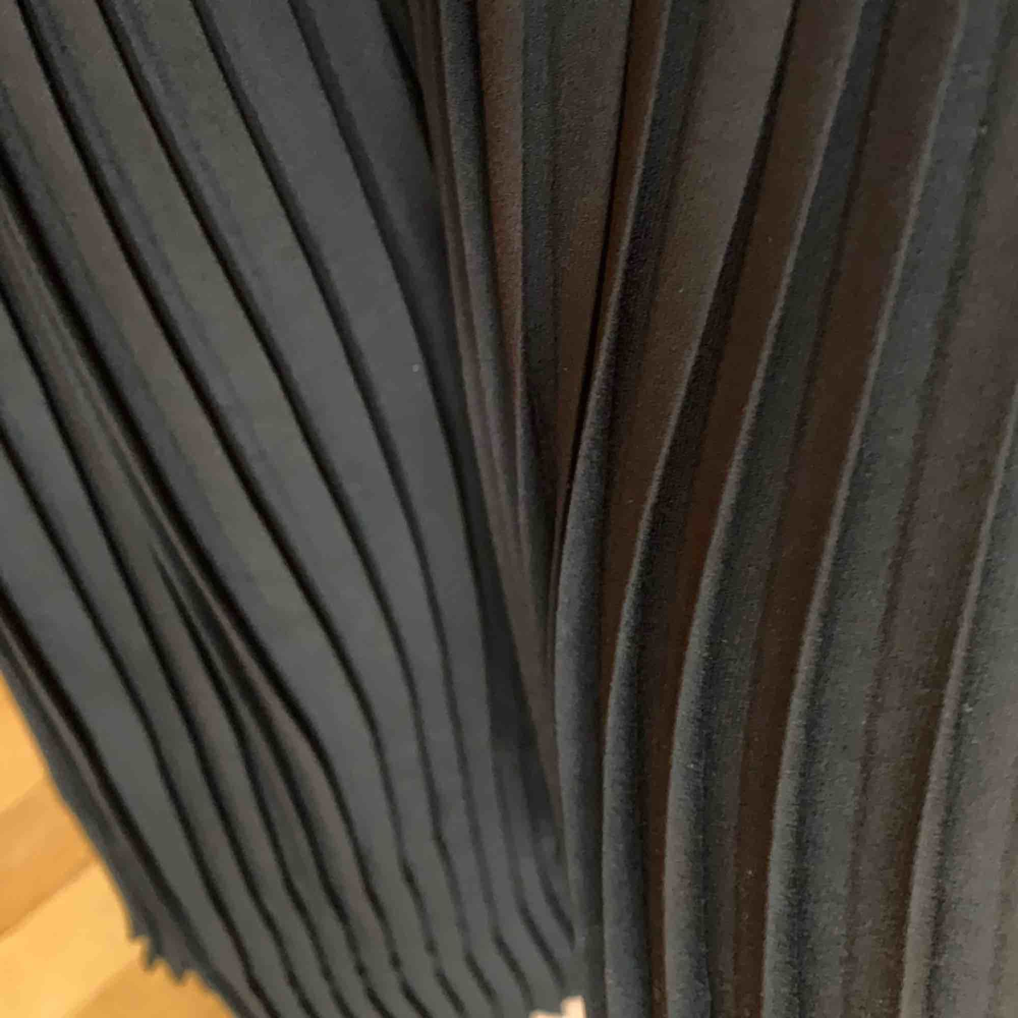 Vida, plisserade byxor från Zara. Jag är 166 cm lång och de är nästan fullängd på mig (se sista bilden). Resår i midjan. Använda men fortfarande i gott skick. Kan mötas i Malmö annars tillkommer avgift för frakt 💌. Jeans & Byxor.