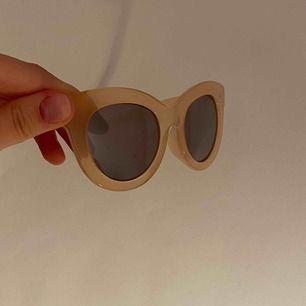 Solglasögon från Cheap Monday köpta på weekday! Jättefina med lite cateye-bågar! Har tyvärr lyckats få några små repor på glaset (se bild) men de syns enbart om man kollar noggrant. Färgen heter Love sand💓