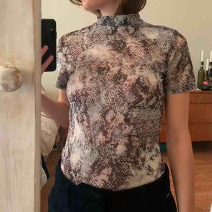 Tshirt från NA-KD i transparent material (se bild 2) med högre hals. Aldrig använd, lappar kvar. Kan mötas i malmö annars tillkommer frakt💌