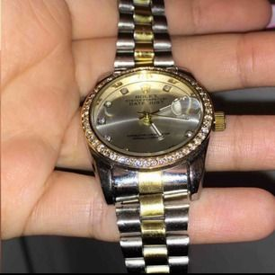 Jätte fin rolex AAA kopia, säljs pga av att jag inte använder klockor mer. Den är i fint skick och blänker mycket. Köptes för 1000 kr från ett instagram konto. Endast seriösa köpare snälla! Fri frakt❤️ ANNONS KVAR=varan kvar