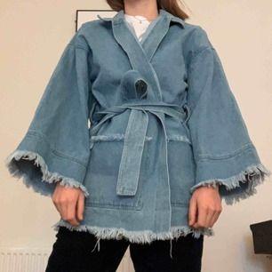 Kimono i denim från NA-KD. Den är storlek S men eftersom den är oversized så tror jag att den passar bra även på XS eller M, beroende på hur du vill att den ska sitta (jag har vanligen S). Helt oanvänd. Kan mötas i Malmö, annars tillkommer frakt💌