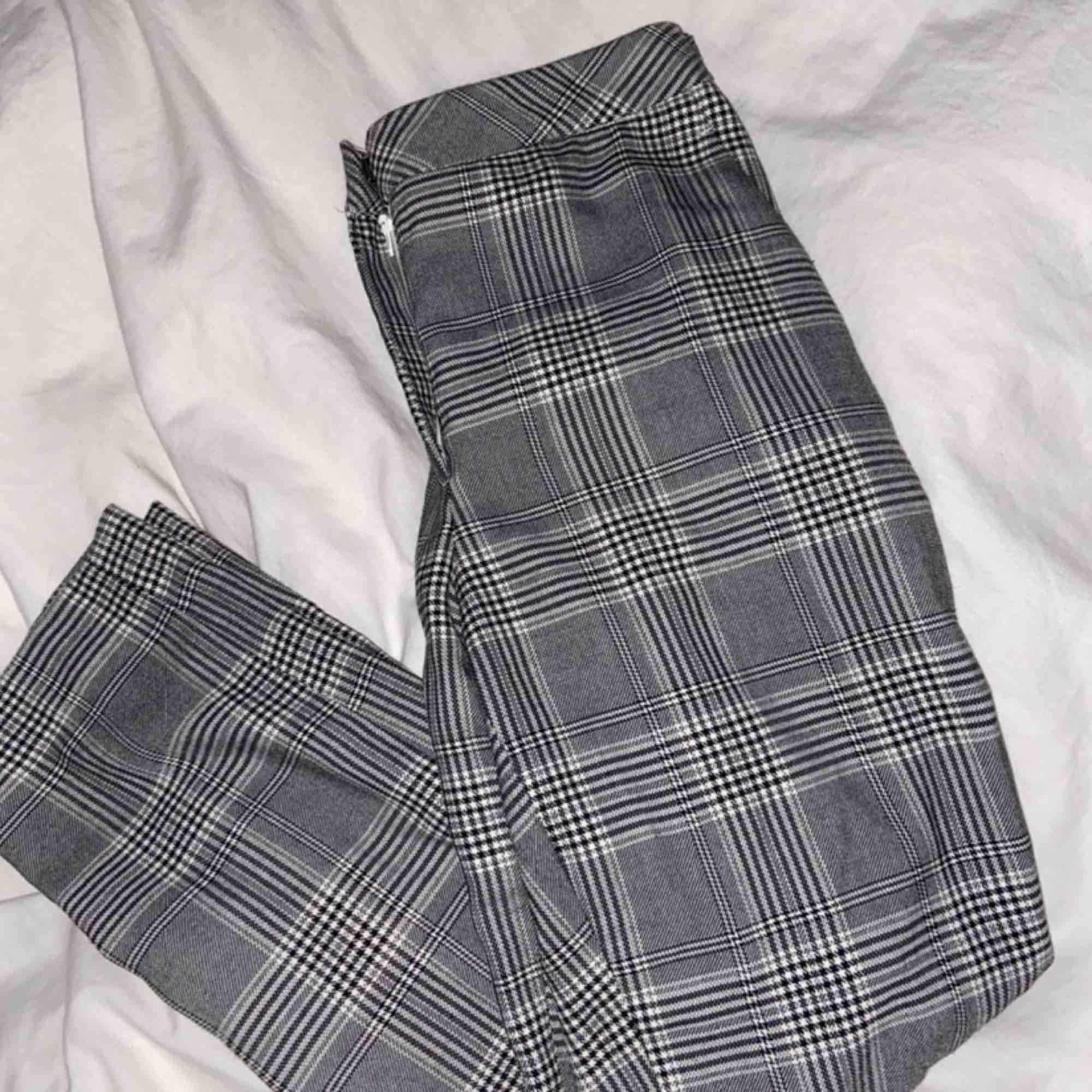 Säljer dessa skitsnygga byxor eftersom att de tyvärr är för stora för mig. De är lite stora i storleken men är i ett mjukt material vilket gör de så sköna att ha på sig. En knapp har lossnat men inget som syns när man har på sig de, bild finns bifogad!. Jeans & Byxor.