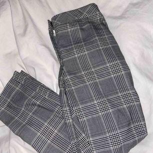 Säljer dessa skitsnygga byxor eftersom att de tyvärr är för stora för mig. De är lite stora i storleken men är i ett mjukt material vilket gör de så sköna att ha på sig. En knapp har lossnat men inget som syns när man har på sig de, bild finns bifogad!