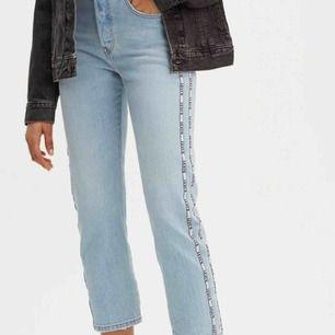 Helt oanvända Levis jeans med värde 1149kr. Felfria och fräscha i storlek 24 x 26. Pris kan diskuteras
