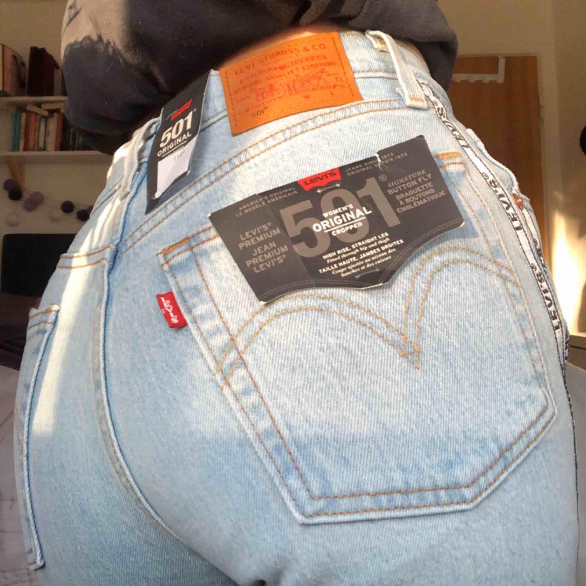 Helt oanvända Levis jeans med värde 1149kr. Felfria och fräscha i storlek 24 x 26. Pris kan diskuteras. Jeans & Byxor.