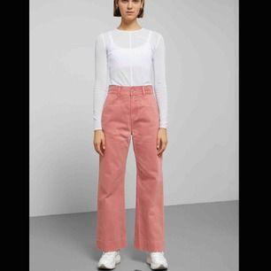 Skitsnygga jeans från Weekday i färgen Rose, storlek 38.