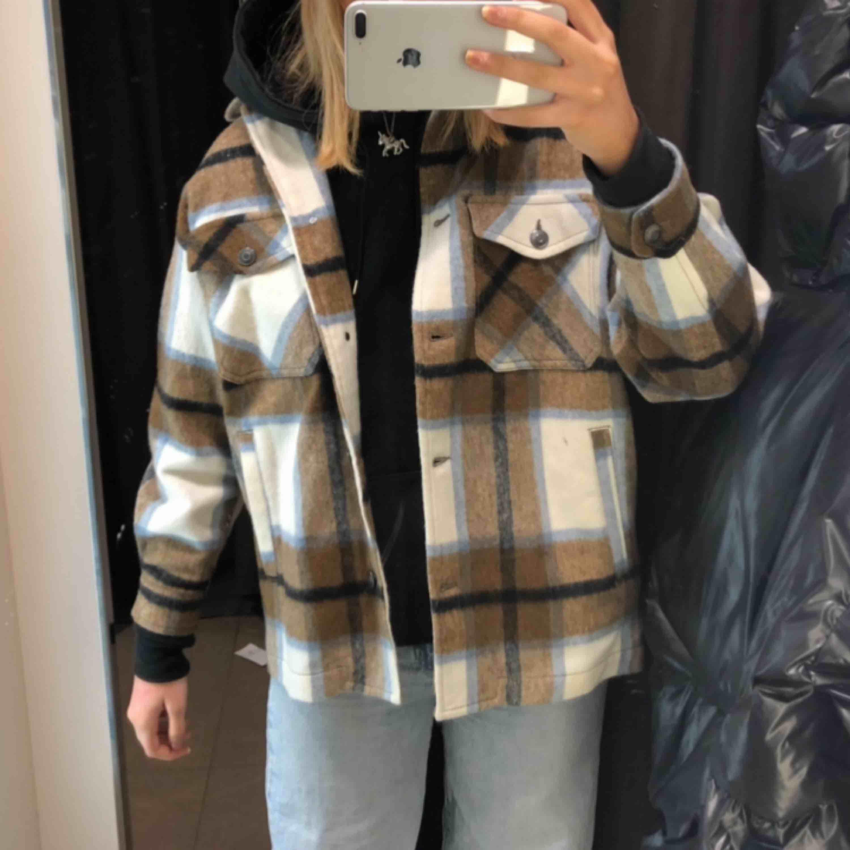 !!INTRESSEKOLL!! SLUTSÅLD och extremt populär samt unik zara jacka!! Den har ej kommit ut i butik i Sverige än samt är slutsåld online!! Säljer en XS och en S!! Kom med bud.💙⚡️🤎. Jackor.