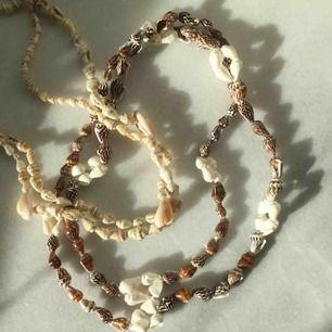 Långa halsband med äkta snäckor, passar perfekt för sommaren! Kan mätas vid intresse. 163kr styck. Fri frakt samt spårbar. Följer även med en liten överraskning.