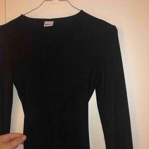 Svart tight klänning, Rebecca Stella kopia ish med öppen rygg🌹