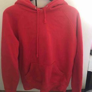 """Skit najs röd hoodie, sitt as snyggt då den är lite """"större"""" i modellen och inte tight. Kommer inte till användning längre. Frakt ligger på 80kr❤️❤️❤️"""
