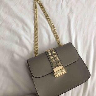 Super fin inspirerad valentino väska Väskan är gjord i Italien och har äkta läder på insidan Den är knappt använd 🤩😍