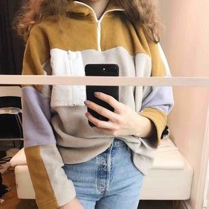Säljer denna tröjan i fleece material, från monki!  Kommer inte till användning längre, skicka vid frågor🥰