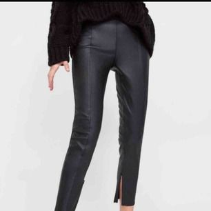 Skinnbxor från Zara. Dragkedja nere vid benet som gör att du kan ha dem både öppna och stängda. Fint skick 🌸