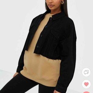 Säljer denna supersnygga jeansjackan som jag tyvärr aldrig har fått användning av Nypriset var 450kr