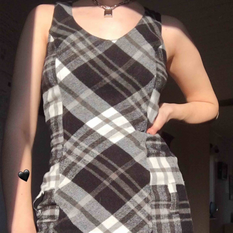 Darling bodycon klänning! Vackert rutigt mönster med söta hål för bälte vid höft. Kan använda med eller utan, lek med din stil! Väldigt skön och bra skick. . Klänningar.