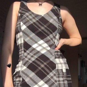 Darling bodycon klänning! Vackert rutigt mönster med söta hål för bälte vid höft. Kan använda med eller utan, lek med din stil! Väldigt skön och bra skick.