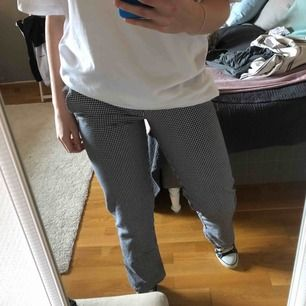 Säljer mina skitsnygga rutiga byxor eftersom de har blivit för små :( köpta på Humana och liknar kockbyxor! Skulle säga att det är storlek S eller liten M💘