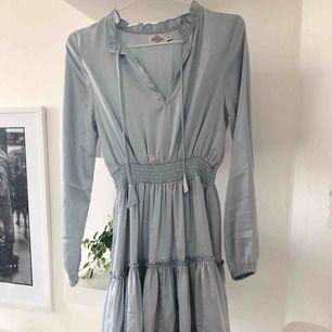 Passar även 36. Supersöt klänning ifrån Nakd x Iva nikolina 💙 nyskick