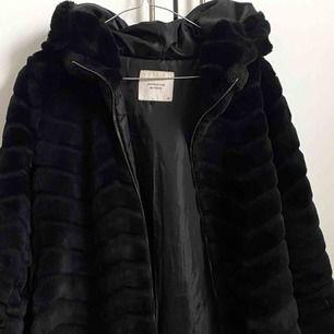 Jättefin svart pälsjacka köpt på Zalando för ca 500kr. Använd ca 4ggr så väldigt fint skick!  Storlek: XS men passar även S. Frakt tillkommer