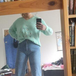 Mintgrön stickad tröja med blommor 💞 jättefin till våren eller sommaren! Köpt Secondhand, men inte använd av mig själv utanför huset!
