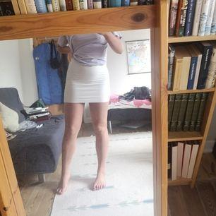 Vit kjol från Cubus för några år sedan! Använd men i gott skick💞 Har väldigt tjockt tyg så inte genomskinlig! Är en strl S men fungerar på M/L beroende på hur kort man vill ha den (jag är en strl L)