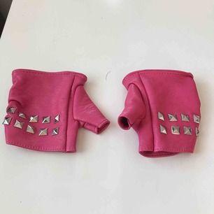 Tuffa handskar i rosa med detaljer. Frakt tillkommer