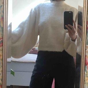 Mysig stickad tröja från Bershka. Använt ett fåtal gånger. Rätt kort med vida ärmar. Säljer för 150 kronor+frakt