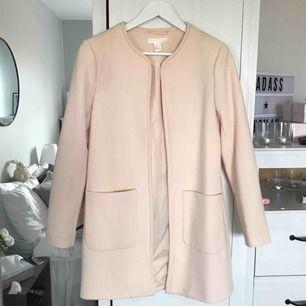 Söt rosa kappa från H&M, använd men i bra skick! Andra bilden visar färgen ordentligt. Strl 36  Möts i Sthlm eller fraktar mot avgift, tar endast swish :)