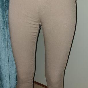 Ett par beiga joggings med fickor bak. Fin färg och använda max 2 gånger.