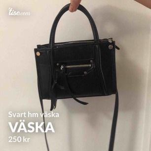 Helt ny väska från hm! Jätte trendig och passar perfekt inför våren och sommaren! Borttagna axelband! Buda från 250!