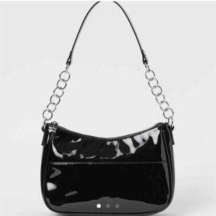 SÖKER🤩💗 söker en svart lackväska!!